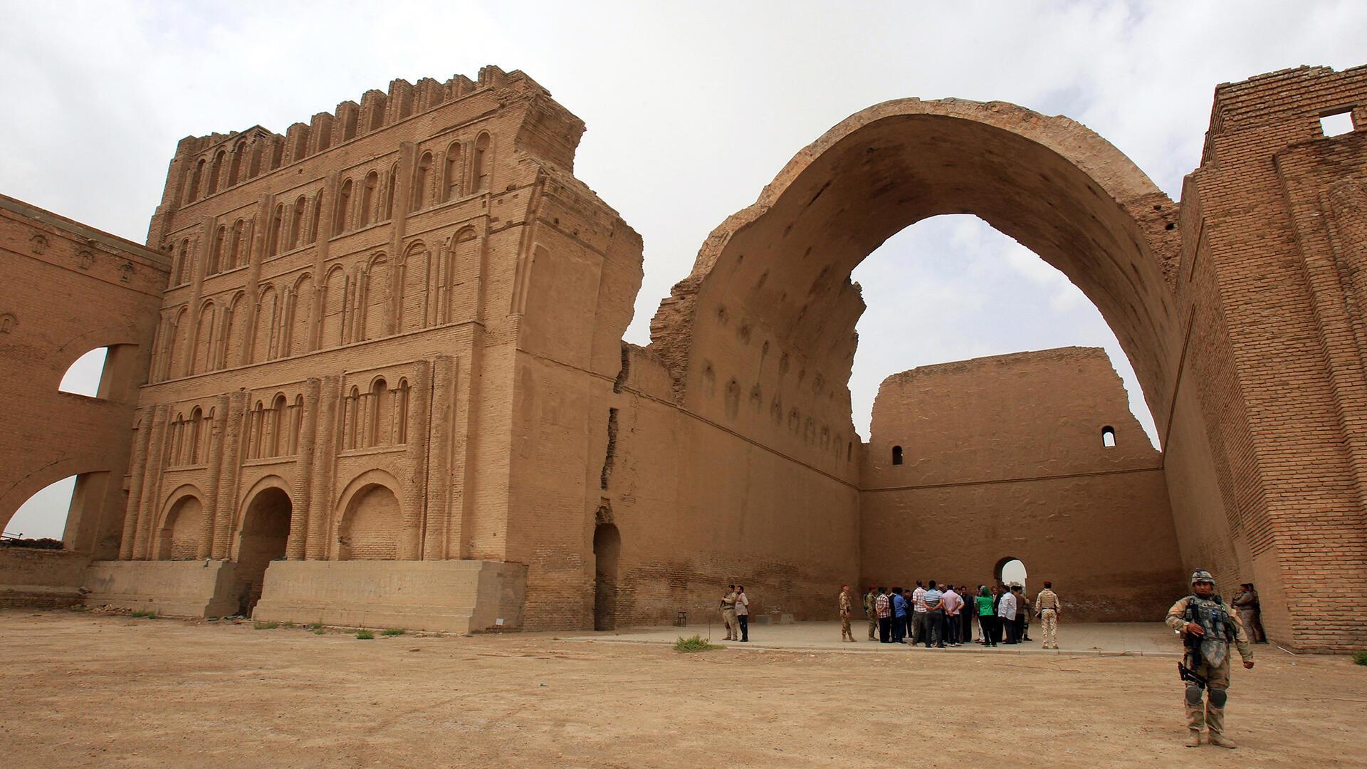 Ctésiphon est une ancienne ville parthe, située face à Séleucie du Tigre, sur la rive gauche du Tigre, à 30 km au sud-est de la ville actuelle de Bagdad, en Irak.