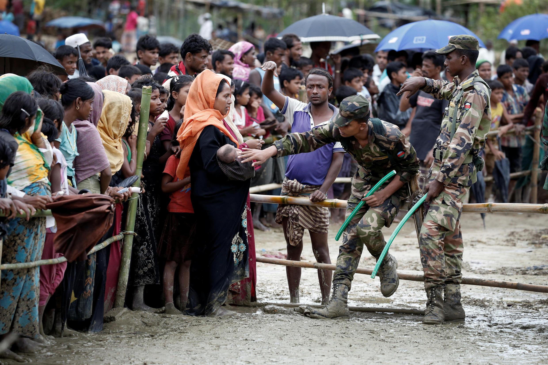 Người tỵ nạn Rohingya chờ nhận trợ cấp tại Cox's Bazar, Bangladesh. Ảnh ngày 28/09/2017.