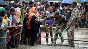 Беженцы-рохинджа в очереди за гуманитарной помощью в Кокс-Базаре на юге Бангладеш, 28 сентября 2017.