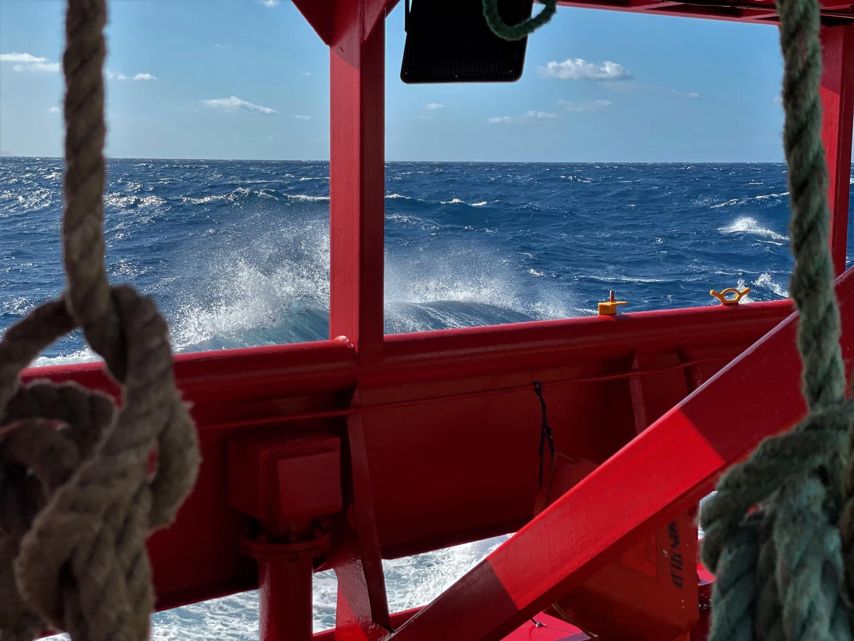 En mer, le vent souffle désormais à 20 nœuds et les vagues mesurent deux mètres. Mais le long des côtes, les conditions devraient être plus favorables aux départs. Crédit : Guilhem Delteil / RFI