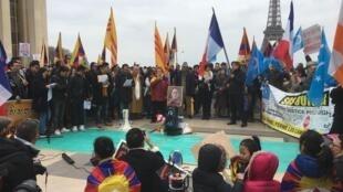 支持西藏,新疆的民众在巴黎人权广场游行集会,2019年3月24日