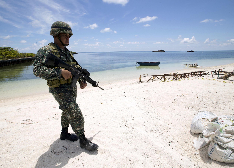 Quân đội Philippines trên đảo Thị Tứ, Trường Sa,  một khu vực đang có tranh chấp chủ quyền giữa Philippines, Việt Nam ngày 11/05/2015.