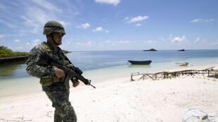 Binh sĩ Philippines tuần tra tại đảo Pag Asa (tức đảo Thị Tứ), Biển Đông, ngày 11/05/2015.