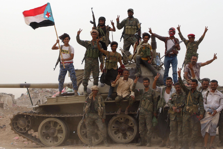 Rebeldes separatistas celebram avanço nos confrontos com as forças do governo iemenita em Aden.