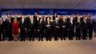 روون ریولین، رئیس جمهوری اسرائیل، در کنار شماری از رهبران کشورهای حاضر در «همایش جهانی هولوکاست» در بیت المقدس - ٢٢ ژانویۀ