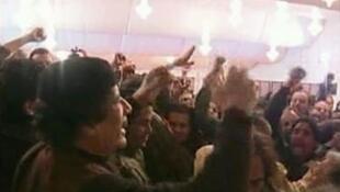 El dictador libio, Muamar Kadafi, saluda a sus seguidores.