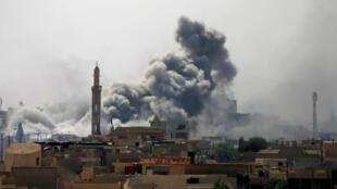 Una nube de humo provocada por un ataque aéreo en Mosul el 21 de mayo de 2017.