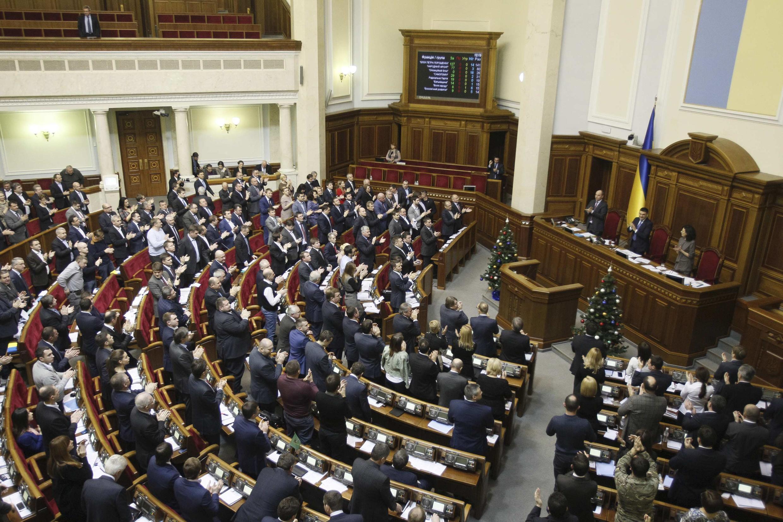 Parlamento ucraniano aplaude a votação desta terça-feira, 23 de dezembro de 2014.