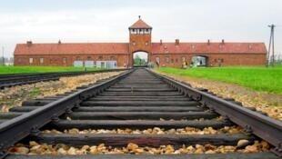 Đường tầu dẫn đến trại tập trung Auschwitz thời Đức quốc xã (1940-1945).