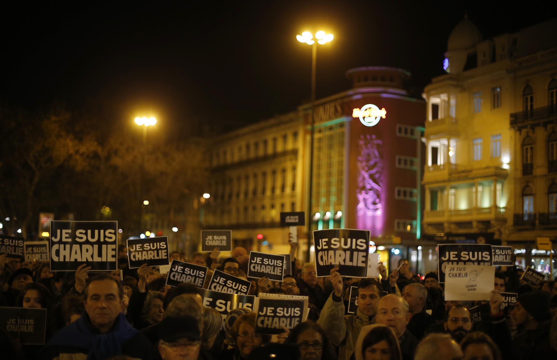 Manifestantes saíram as ruas em várias cidades europeias, como em Lisboa, onde uma vigília foi feita em homenagem às vítimas do atentado no jornal Charlie Hebdo.