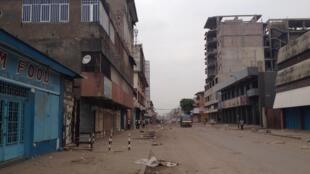 Uma das principais avenidas comerciais de Kinshasa, esta manhã.