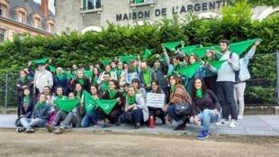 Los participantes del pañuelazo verde, delante de la Casa Argentina en París sin la presencia de su director.