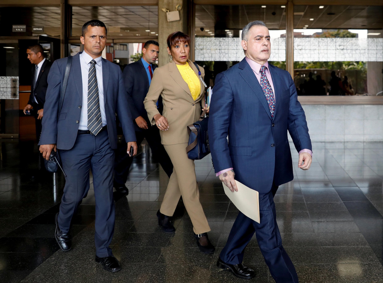Le procureur général Tarek William Saab (en tête) sur le point de donner une conférence de presse pour annoncer l'ouverture d'une enquête préliminaire contre Juan Guaido. Caracas, le 29 janvier 2019.