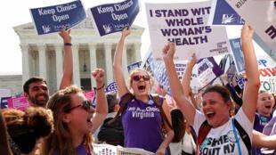 Militantes favoráveis ao aborto comemoram decisão da Suprema Corte dos Estados Unidos.