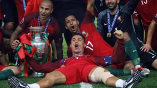 L'équipe du Portugal fête sa victoire au Stade de France, à Saint-Denis, le 10 juillet 2016.