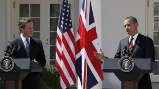 O primeiro-ministro britânico David Cameron (dir.) e o presidente norte-americano Barack Obama garantiram que terminarão a missão no Afeganistão como previsto, durante entrevista coletiva de imprensa nos jardins da Casa Branca.