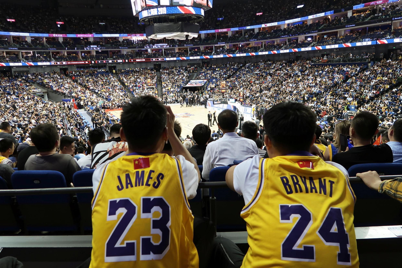 中國球迷觀看10月10日在上海體育場舉行的NBA季前賽