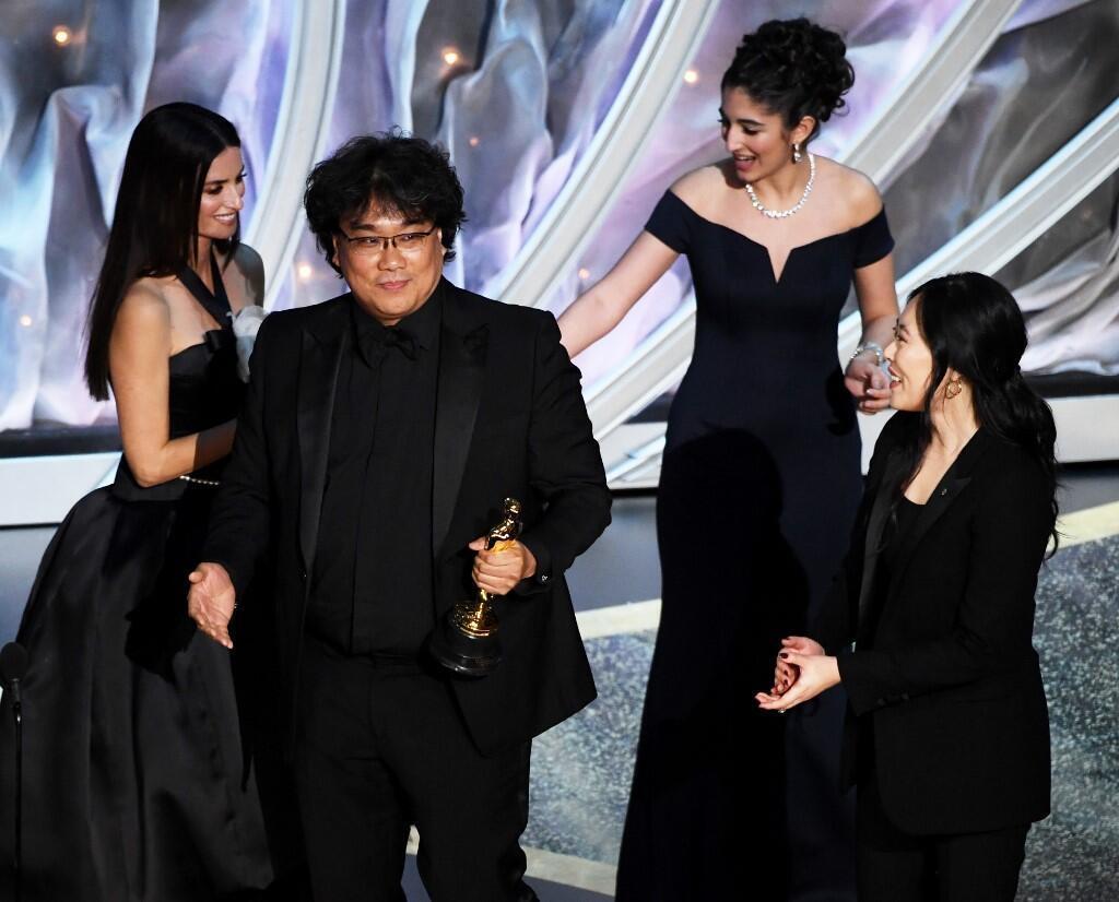 O cineasta sul-coreano Bong Joon-ho (no centro) foi o grande vencedor da cerimônia do Oscar.