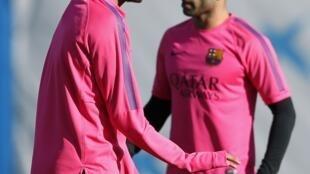 Neymar (esq.) e o meia argentino Mascherano no treino desta sexta-feira (19) no gramado de Joan Gamper.