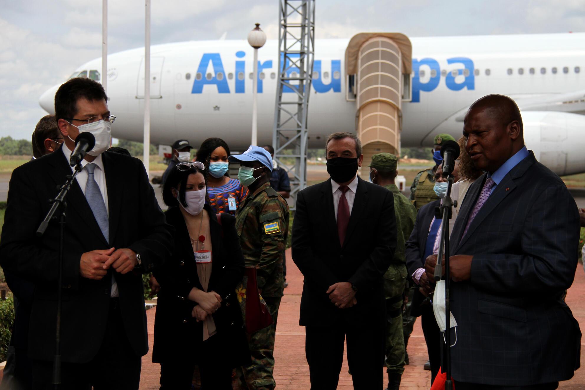 Le commissaire européen à la gestion des crises Janez Lenarčič (g.) et le président Touadéra (d.) à l'aéroport de Bangui M'Poko. Au centre: Samuela Isopi, ambassadrice de l'UE en RCA et Eric Gérard, ambassadeur de France en Centrafrique, le 8 mai 2020..