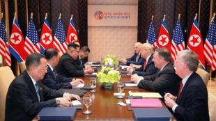 Tổng thống Mỹ Donald Trump và lãnh đạo Bắc Triều Tiên Kim Jong Un trong cuộc họp tại Singapore, ngày 12/06/2018.