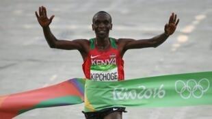 Eliud Kipchoge  akisherehekea ushindi wa mbio za Marathon Michezo ya Olimpiki nchini Brazil Agosti 21 2016