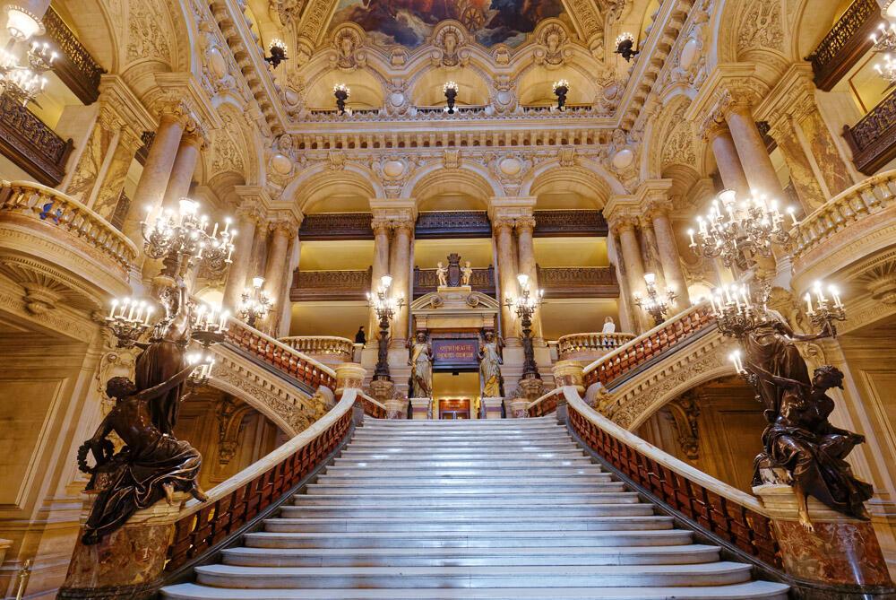 Một cảnh bên trong nhà hát opera Garnier, Paris.