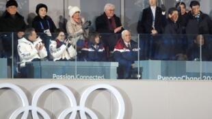 彭斯与朝鲜代表团成员在同一个观礼台上观看平昌冬奥会开幕式,2018年2月9号