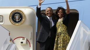 Barack et Michelle Obama avant leur décollage pour l'Afrique du Sud, à l'aéroport de Dakar, le 28 juin 2013.