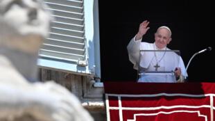 El papa Francisco saluda a los fieles  congregados el 21 de junio de 2020 en la plaza de San Pedro del Vaticano para la oración del Ángelus