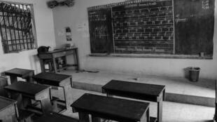 Une salle de classe vide à Kinshasa, en RDC, mi-mars 2020, après la fermeture des écoles des commerces par les autorités congolaises pour lutter contre la pandémie du coronavirus.