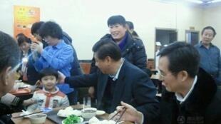 2013年12月28日,中共总书记习近平在北京一家庆丰包子铺用餐。