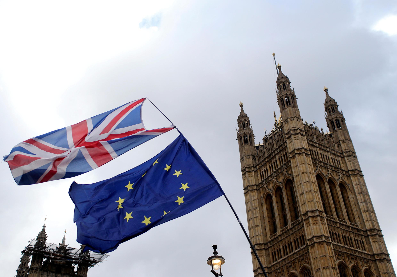 Les drapeaux britannique et européen flottent devant le palais de Westminster, où devrait avoir lieu cette semaine un troisième vote sur l'accord de retrait de l'UE.