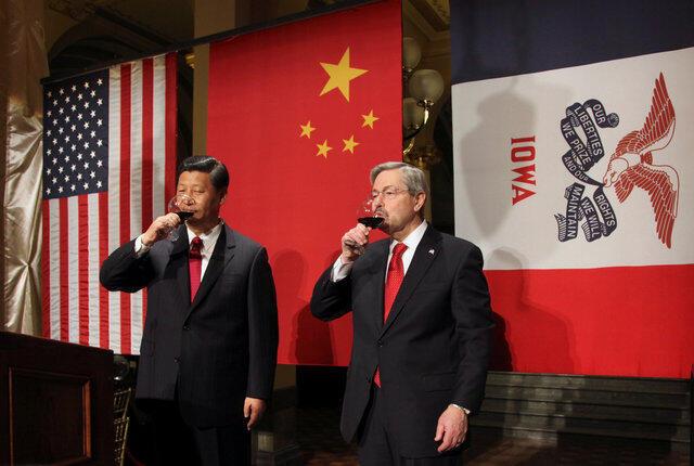 2012年2月15日,时为中国国家副主席的习近平拜访爱荷华州州长布兰斯塔德。这是在州长办公室。
