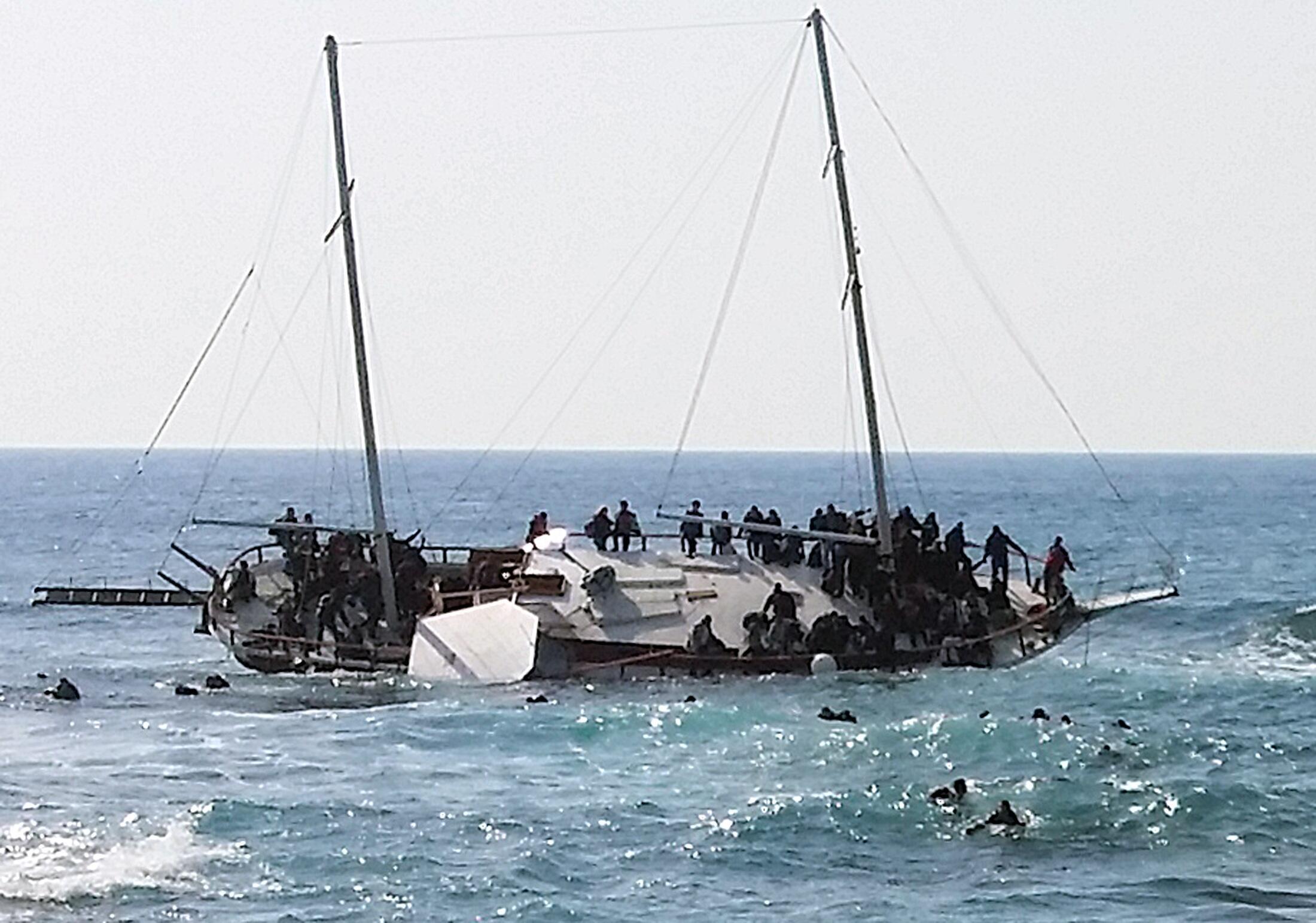 Tàu chở người nhập cư lậu đến từ Châu Phi bị đắm gần đảo Rhodes, Hy Lạp ngày 20/04/2015.