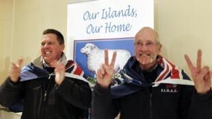 Après la victoire du «oui» à la question : voulez-vous rester dans le giron brittannique ?, le joie des électeurs britanniques des Malouines.
