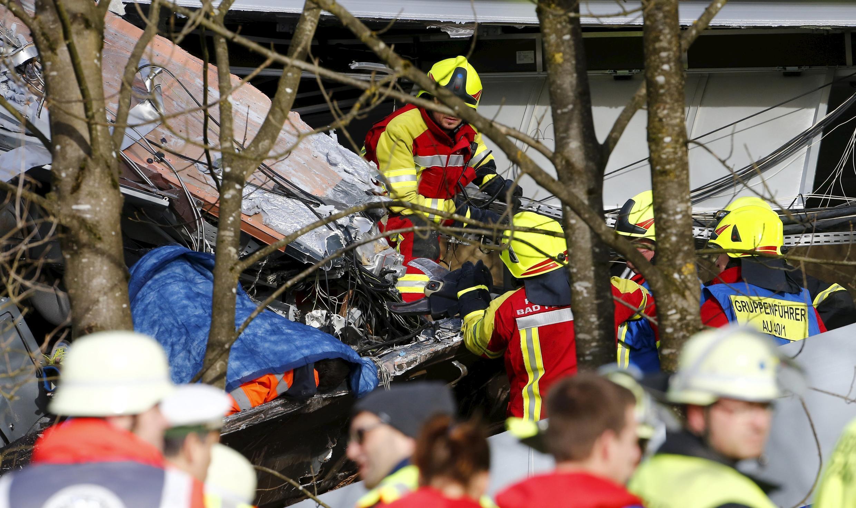 На месте катастрофы работают более сотни спасателей.
