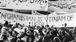 Des étudiants afghans manifestent contre l'occupation soviétique, le 1er janvier 1980 à Kaboul.