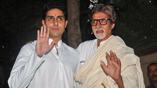 La méga-star de Bollywood Amitabh Bachchan et son fils, le 22 novembre 2011.