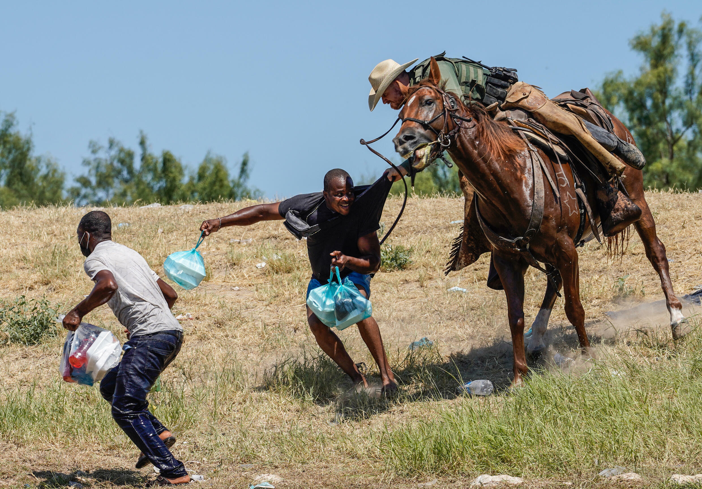 Un agente fronterizo a caballo de EEUU hace retroceder a haitianos cerca del Del Rio Texas