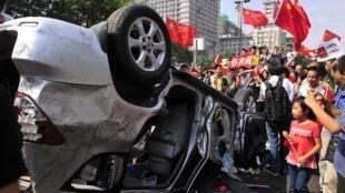 Durant les manifestations antijaponaises en Chine, les manifestants s'en sont pris aux voitures de marque japonaise, comme ici à Xi'an, le 15 septembre.