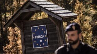 Un policier italien à la frontière française le 21 octobre 2018.