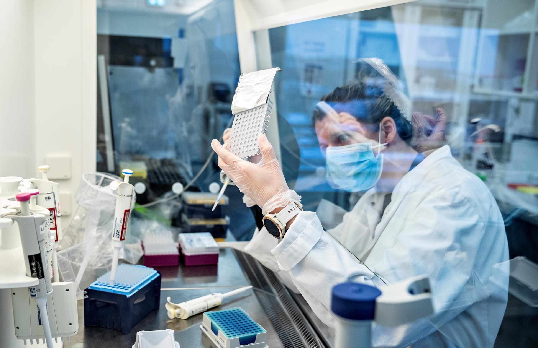 Một phòng thí nghiệm của Đan Mach đang nghiên cứu biến thể Anh của virus corona, ngày 15/01/2021