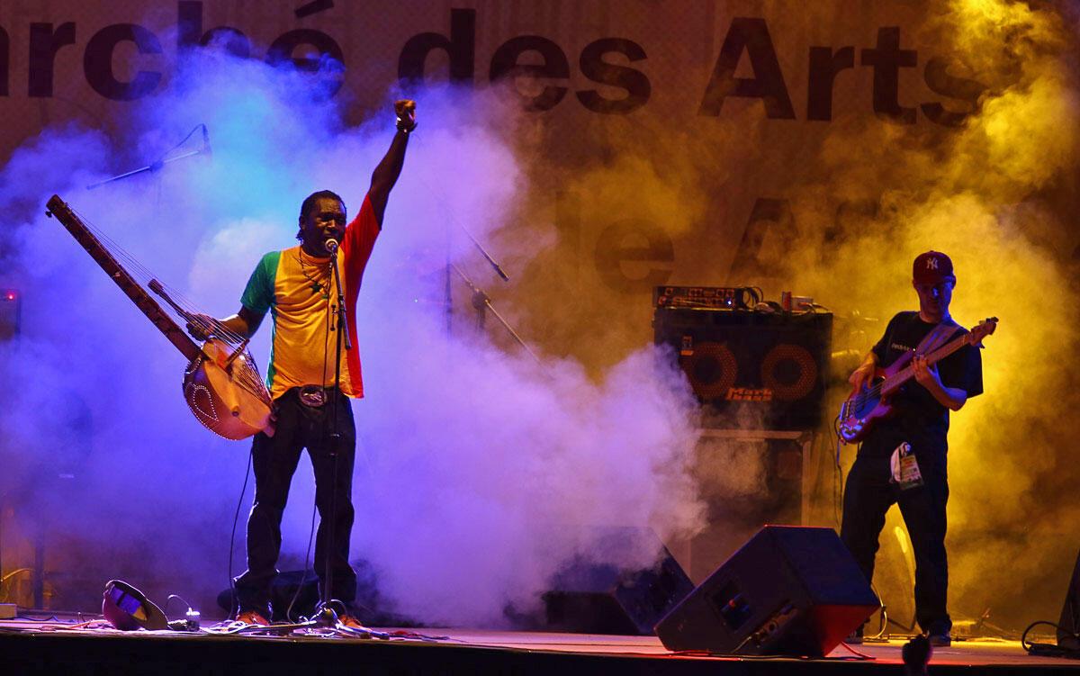 El Hadj Noumoucounda Cissoko que l'on surnomme également le « MC Griot », le « rock griot », le « hip hop griot » ou le « Jimmy Hendrix de la kora ».