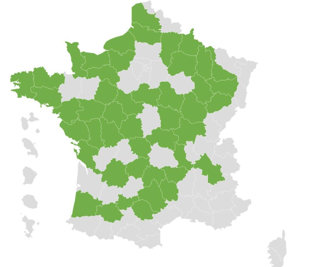 Les zones en vert représentent 47 départements en France, où les enfants du primaire ne sont pas obligés de porter un masque en classe jusqu'au 4 octobre 2021, en raison du nombre de cas inférieur à 50 pour 100 000.  Cependant, les enseignants continueront de porter le masque.