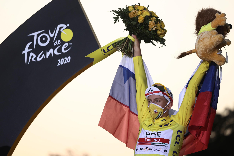 El ciclista esloveno Tadej Pogacar celebra en el podio, su coronación en la 107ª edición del Tour de Francia, el 20 de septiembre de 2020 en París