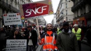 Десятки тысяч французов стали «спонсорами» забастовки против пенсионной реформы
