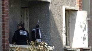 Полицейский следователь на балконе, с которого спецназ начал штурм квартиры, в которой находился Мухаммед Мера. Тулуза 23/03/2012