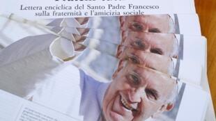 La Une du journal du Vatican, L'Osservatore Romano, dédiée à la nouvelle encyclique «Fratteli Tutti» («Tous Frères»), en date du 4 octobre 2020.