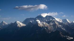 À raison de 11 000 dollars par tête, les seuls permis d'ascension de l'Everest ont rapporté 4,4 millions de dollars au Népal l'année dernière.